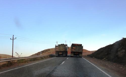 جاده ی تخت سلیمان- دندی- در سینه کش با سرعت لاک پشتی در حال سبقت گرفتن...