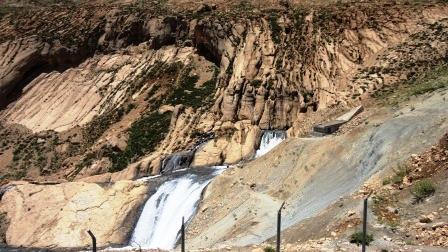 چشمه کوهرنگ در دامنه های زردکوه بختیاری
