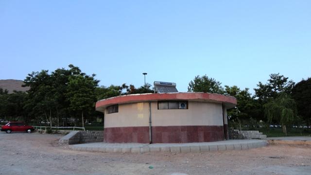دستشویی پارک تهلیجان که آب گرمش از طریق آبگرمکن خورشیدی تامین می شود