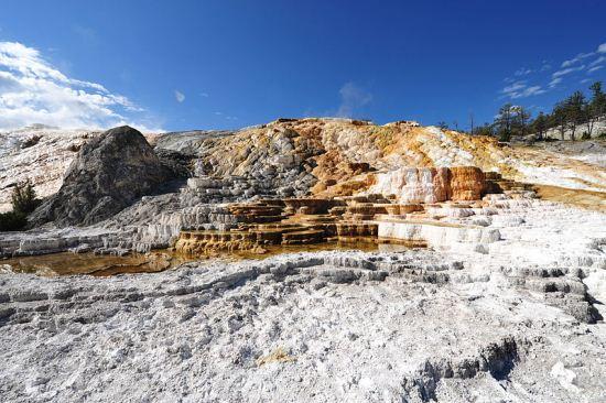 چشمه های آب گرم ماموت در ایالت یئومینگ آمریکا